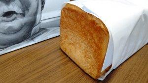 紙包みのパン